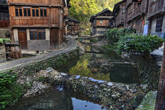 东少数族裔村庄、木房子、河和水坝,池氏 免版税图库摄影