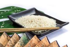 东方人套米、筷子、绿色叶子和transp 免版税库存照片