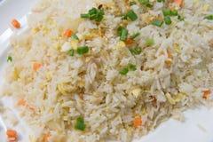东方人炒饭板材用鸡蛋 库存图片