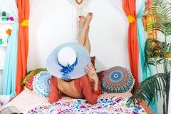 东方内部的女孩享受一个假期的 免版税库存照片