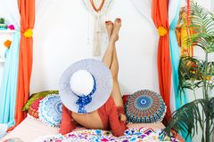 东方内部的女孩享受一个假期的 免版税库存图片
