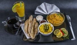 东方印地安人集合鸡科尔马, naan面包,板材,咖啡, o 库存照片