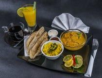 东方印地安人集合鸡科尔马naan面包,板材,咖啡,橙汁,餐巾,胡椒 免版税库存图片