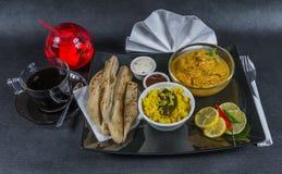 东方印地安人集合鸡科尔马naan面包,板材,咖啡, 库存照片