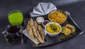 东方印地安人集合鸡科尔马naan面包,板材,咖啡, g 库存图片