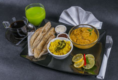 东方印地安人集合鸡科尔马naan面包,板材,咖啡, g 库存照片