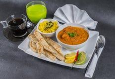 东方印地安人集合,鸡tikka masala, naan面包,白色pla 库存图片