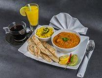 东方印地安人集合,鸡tikka masala, naan面包,白色pla 免版税库存照片