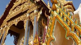 东方寺庙装饰屋顶  传统亚洲寺庙金黄装饰屋顶反对无云的天空蔚蓝的 股票录像