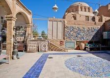 东方样式的市场在有铺磁砖的庭院的历史镇 库存图片