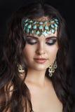 东方样式 年轻阿拉伯妇女模型 美丽的干净的皮肤,饱和的构成 明亮的眼睛构成和黑暗的眼线膏 阿拉伯妇女 库存照片