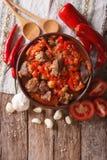 东方烹调:羊羔慢炖与菜特写镜头 Vert 免版税库存照片