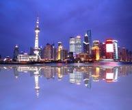 东方珍珠塔夜视图在上海瓷的 免版税库存照片