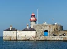 东方码头灯塔和住宅在Dunlaoghaire怀有 免版税库存照片