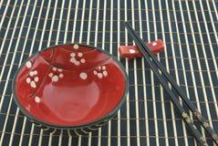 东方碗的筷子 免版税库存图片