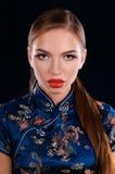 东方礼服的年轻美丽的女孩 图库摄影