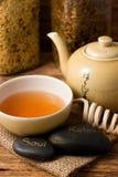 东方茶具和熔岩石头垂直的照片  免版税库存图片
