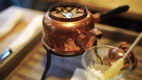 东方茶由新鲜的芳香草本做了 股票视频