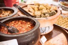 东方街道食物罐特写镜头在开放食物市场上 免版税图库摄影