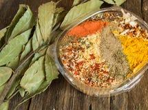 东方香料的范围用辣辣椒、咖喱和其他香料混合物  复制空间、老黑暗的木背景和增殖比 库存照片