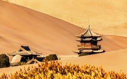 东方建筑学和沙漠 免版税库存照片