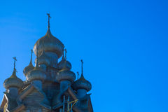 东正教圆顶和十字架反对明亮的蓝天 库存图片
