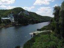 东正教在山的森林里在河上 免版税库存照片