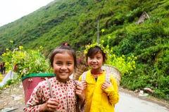 东范,河江市,越南, 2017年11月14日, :未认出的少数族裔哄骗与油菜籽花篮子在Hagiang 免版税图库摄影