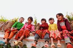 东范,河江市,越南, 2017年11月18日, :未认出的少数族裔哄骗与油菜籽花篮子在Hagiang 免版税库存图片