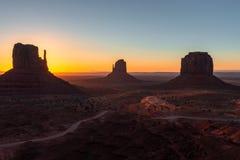 东西方手套小山和梅里克小山在日出,纪念碑谷那瓦伙族人部族公园亚利桑那犹他边界的 免版税库存图片