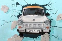 东边画廊,柏林墙。 Trabant汽车。 免版税图库摄影