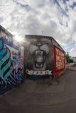 东边画廊-街道艺术和街道画在柏林,德国 库存图片