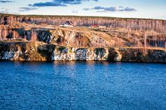 东部卡扎克斯坦湖岩石岸 图库摄影