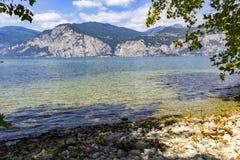 东部卡扎克斯坦湖岩石岸 免版税库存照片