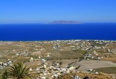 东部圣托里尼和阿纳菲岛海岛风景看法  免版税库存图片