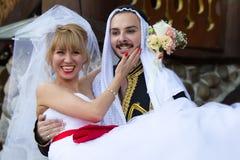 东部新郎和俄国新娘 图库摄影