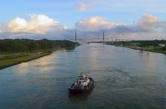 东部方法向日出的巴拿马运河 免版税库存图片