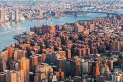 东部村庄在曼哈顿,彼得木桶匠村庄 布鲁克林地平线从纽约的Arial视图有在东部的威廉斯堡桥梁的 免版税库存照片