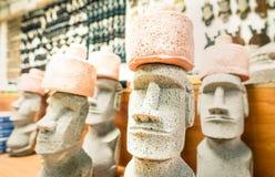 从东部海岛的小moai雕象纪念品店 库存照片