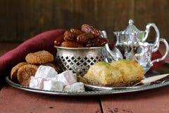 东部甜点-果仁蜜酥饼,日期,土耳其快乐糖 免版税库存图片