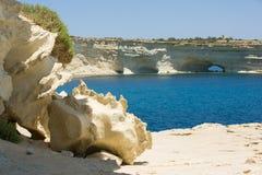 东部的马耳他,岩石成拱形在海、大石头和干燥海岸 图库摄影