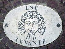 东部的Est -象征风的方向的头 在一块大理石平板的一个古老图象在圣皮特圣徒・彼得` s正方形在梵蒂冈 图库摄影