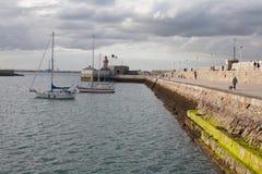 东部码头,暗褐色Laoghaire,爱尔兰 日期:2015年8月15日 免版税库存图片
