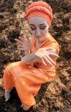 东部衣物的妇女 洒自己与金衣服饰物之小金属片 情感Portret 免版税库存图片