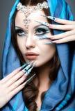 东部阿拉伯图象的美丽的女孩与长的钉子和明亮的蓝色构成 免版税库存图片