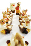 东部,复活节兔子小雕象在学校 免版税库存图片