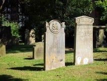东部GRINSTEAD,西部SUSSEX/UK - 7月23日:在圣Swi的墓石 免版税库存照片