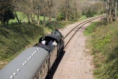 东部GRINSTEAD, SUSSEX/UK - 4月06日:在Bluebe的蒸汽火车 免版税库存图片