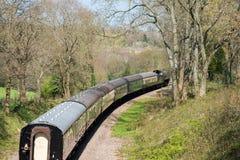 东部GRINSTEAD, SUSSEX/UK - 4月06日:在Bluebe的蒸汽火车 图库摄影