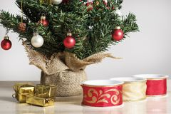 丝带、小包和细节从一棵装饰的圣诞树 免版税图库摄影